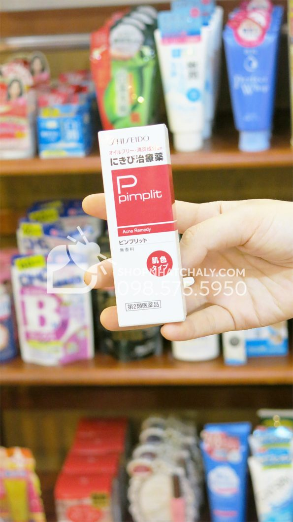 Kem trị mụn Shiseido Pimplit 18gr của Nhật trên tay