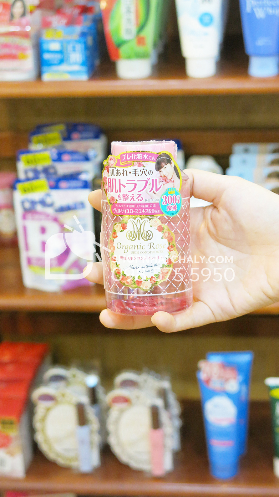 Nước hoa hồng Organic Rose Meishoku 200ml màu hồng dưỡng ẩm trên tay