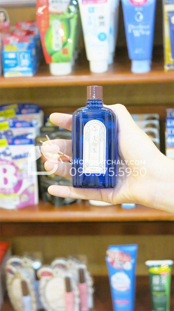 Nước hoa hồng trị mụn Bigansui Medicated Skin Lotion Meishoku 80ml bên trong trên tay