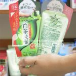 Sữa rửa mặt trà xanh Shirochasou Green Tea Foam Nhật Bản 120gr sau trên tay