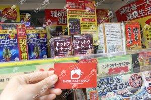 Viên Glucosamine 1500mg Orihiro xách tay từ Nhật bởi shop Chaly. Ảnh chụp namecard Chaly tại kệ siêu thị