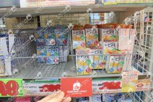 Thuốc nhỏ mắt rohto nhật màu xanh và vàng tại kệ siêu thị Nhật cùng namecard Shop Nhật Chaly