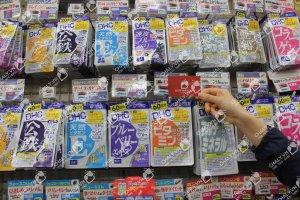Namecard Shop Nhật Chaly chụp tại kệ viên uống DHC Nhật