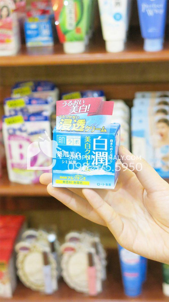 Kem dưỡng trắng da Hada Labo Shirojyun 50gr trên tay