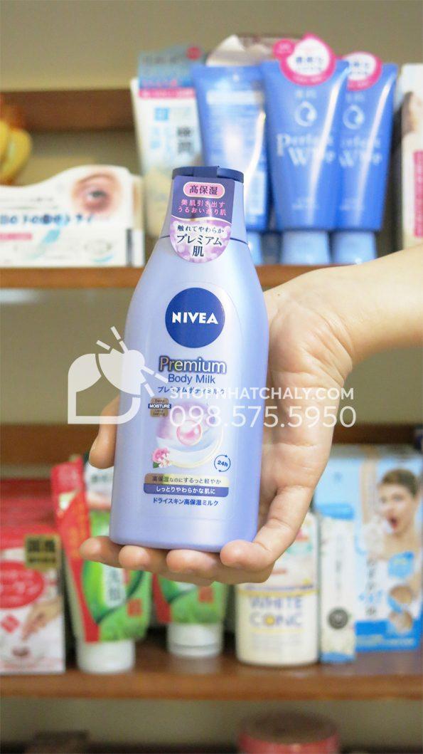 Sữa dưỡng thể Nivea Nhật Premium Body cho da khô trên tay