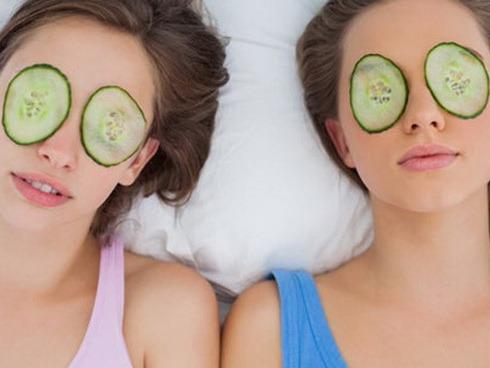 Dưa leo có nhiều dưỡng chất tự nhiên giúp trị quầng thâm mắt bẩm sinh hiệu quả