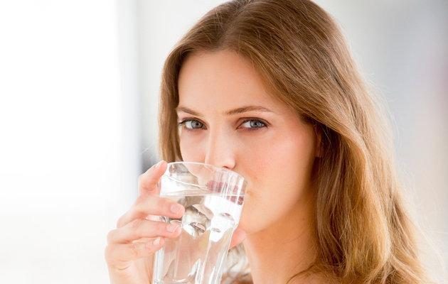Uống đủ nước là một cách đơn giãn để trị thâm quầng mắt