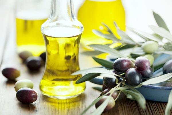 Các nàng có thể dùng dầu ô liu để dưỡng mi dài và dày tự nhiên đó!