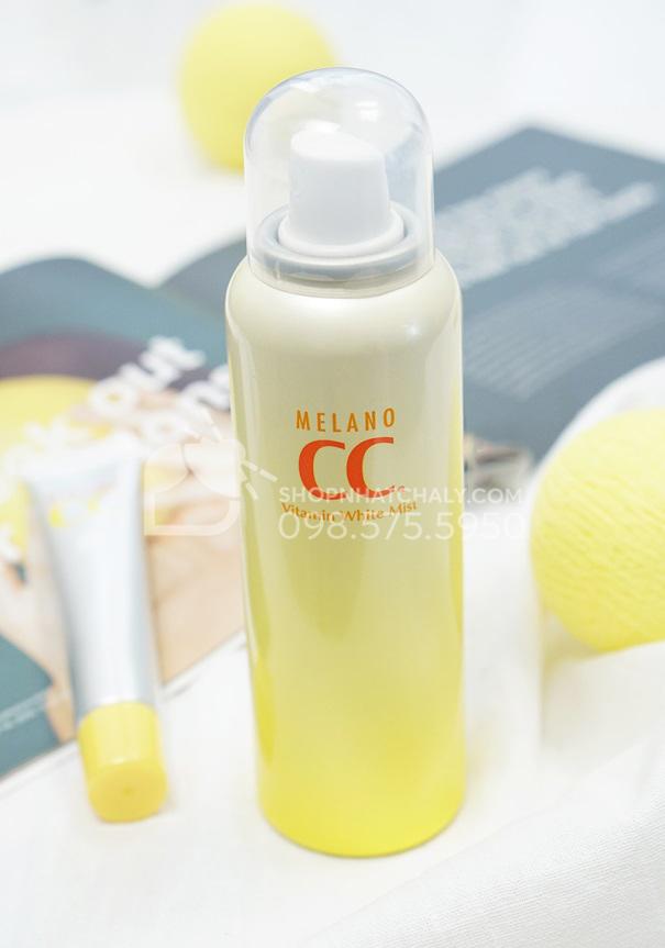 Cận cảnh xịt khoáng Melano CC White Mist có chứa Vitamin C
