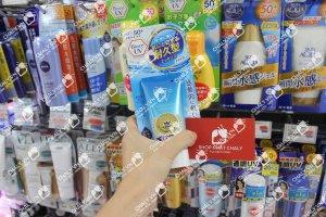 Tuýp kcn biore uv aqua rich watery essence spf 50 tại kệ siêu thị Nhật Bản