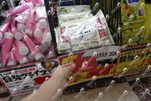 Mặt nạ bã rượu sake Nhật Bản trị mụn 33 miếng xách tay trực tiếp bởi Chaly. Ảnh chụp namecard Chaly tại kệ hàng ở Nhật