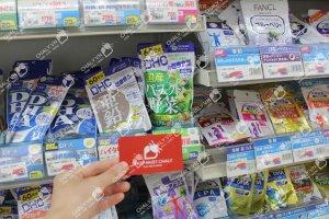 Viên rau DHC 360 ngày được Shop Nhật Chaly trực tiếp xách tay từ Nhật. Hình chụp namecard shop tại kệ drugstore ở Nhật