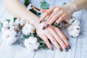 Bàn tay sạm, khô, xơ xác là nỗi khổ của rất nhiều chị em phụ nữ. Phương pháp duy nhất chăm sóc da tay hiệu quả chính là dùng kem dưỡng chuyên dụng cho da tay