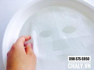Ngâm miếng mặt nạ sủi bọt Nhật Bản vào nước cho ướt