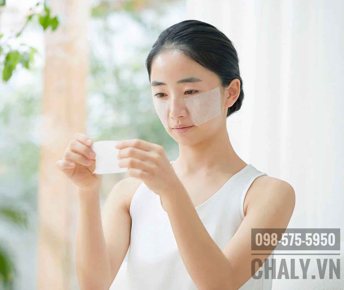 Thấm toner Naturie hatomugi skin conditioner đẫm vào miếng cotton tách lớp. Sau đó tách ra các lớp mỏng và đắp trên da