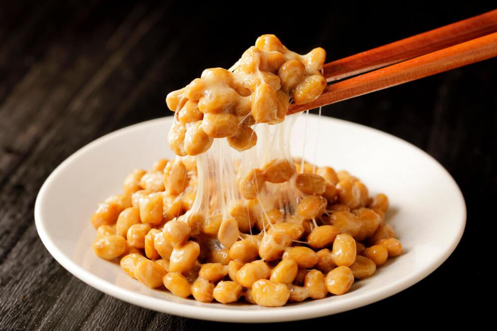 Món ăn Natto Nhật truyền thống của người Nhật. Tuy có vị khó ăn, nhưng natto của Nhật chứa nhiều nattokinase, rất tốt cho sức khoẻ, có tác dụng chống đột quỵ, chống tai biến, tăng tuổi thọ