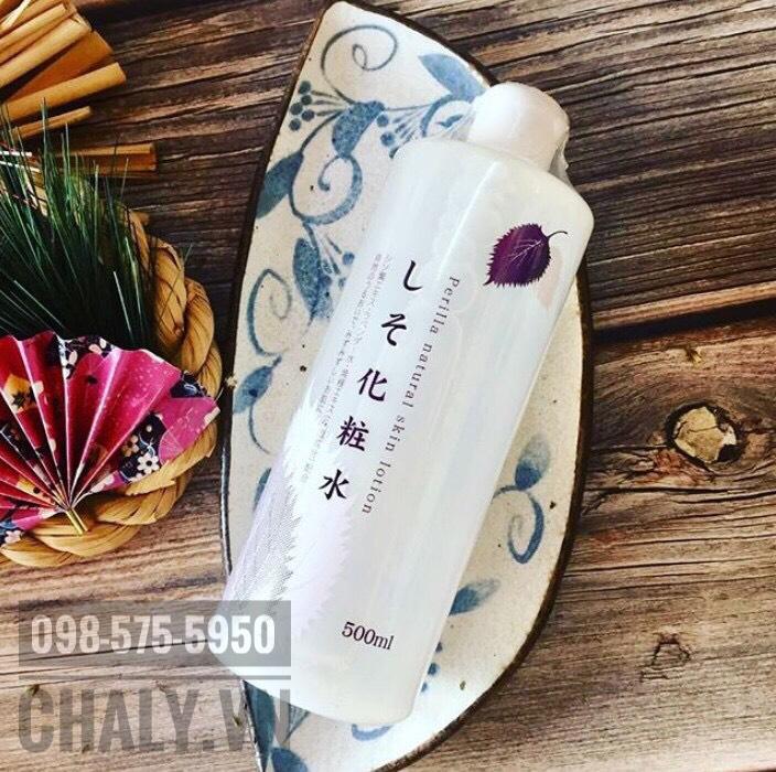 Là chai nước hoa hồng của Nhật Bản size lớn 500ml nhưng giá mềm, nước hoa hồng tía tô được yêu thích để đắp lotion mask dưỡng da hàng ngày