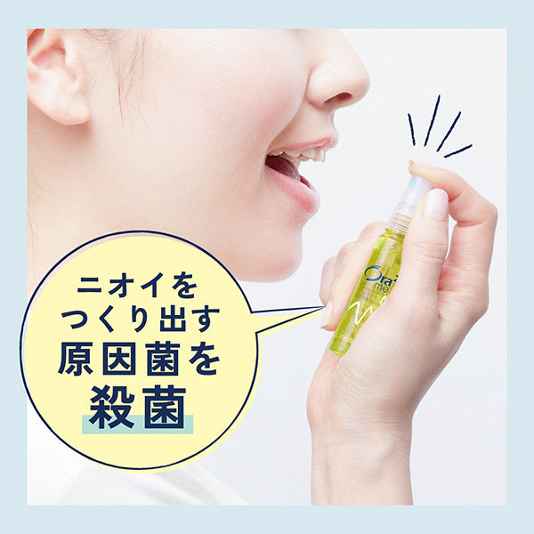 Dùng xịt miệng Ora Nhật cực đơn giản, chỉ cần đưa lên và xịt thẳng vào miệng như hình là xong